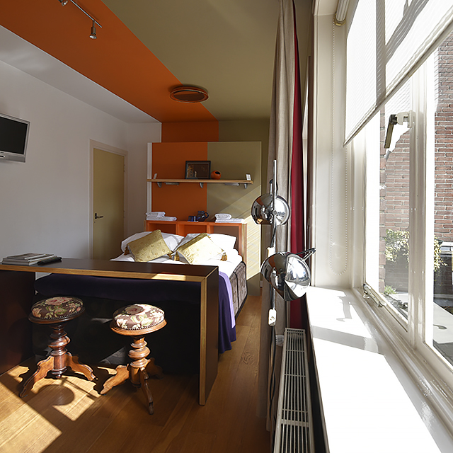 B&B-Tilburg Orange Submarine room view