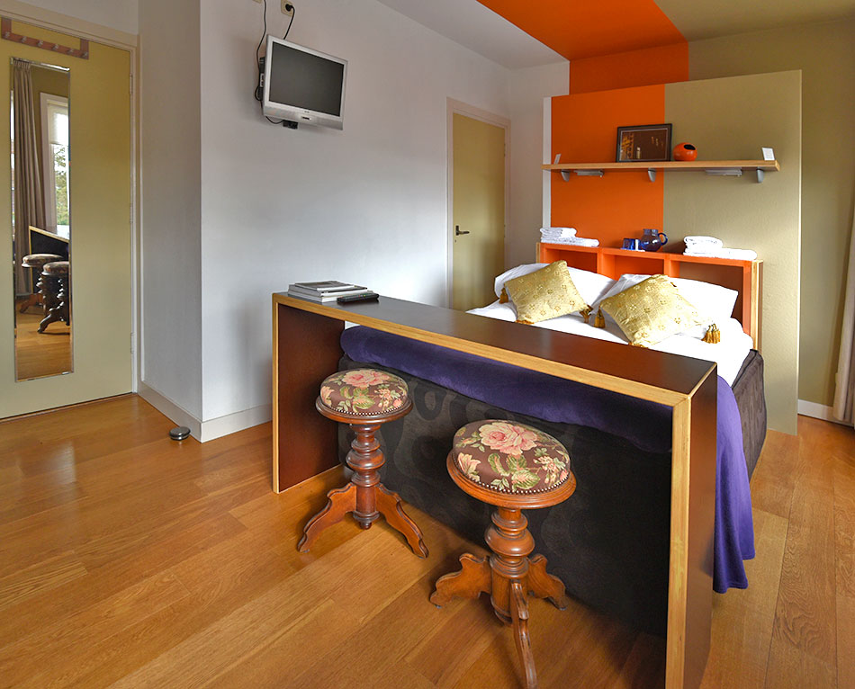 B&B-Tilburg Orange Submarine overview with Queen bed