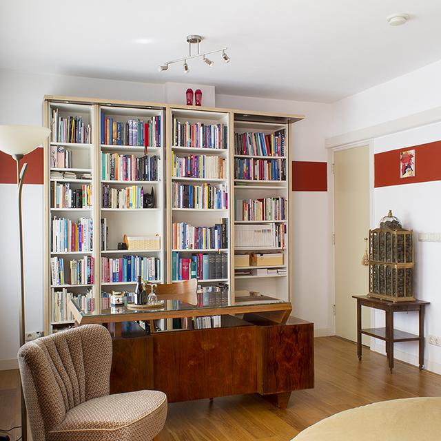 B&B-Tilburg Red Corner Ensuite Room overview with art deco desk