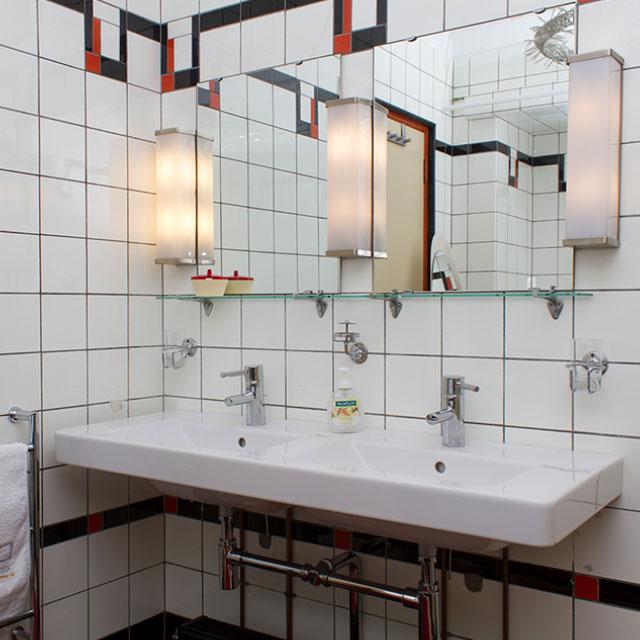 B&B-Tilburg Red Corner Room ensuite Bathroom