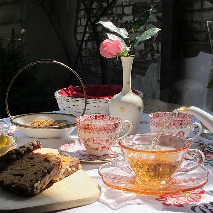 B&B-Tilburg Gust van Dijk, gasten welkom met thee