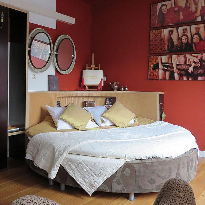 B&B-Tilburg-Red-Corner-Suite-round-bed-215cm